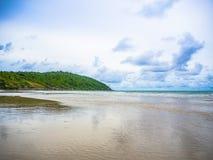 Playa y mar tropicales en el cielo azul Imagenes de archivo