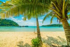 Playa y mar tropicales hermosos con la palmera del coco en parad imagen de archivo