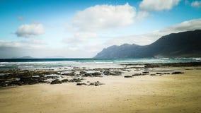 Playa y montañas - costa hermosa en Caleta de Famara, islas Canarias de Lanzarote Fotografía de archivo libre de regalías