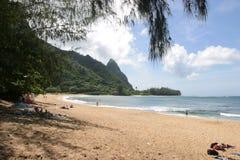 Playa y montañas en Kauai. Imagenes de archivo