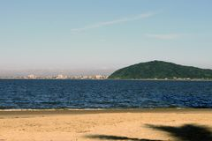 Playa y montains en el Brasil fotos de archivo libres de regalías