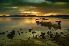 Playa y naufragio de la puesta del sol Fotografía de archivo libre de regalías
