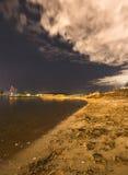 Playa y nube de la puesta del sol fotografía de archivo