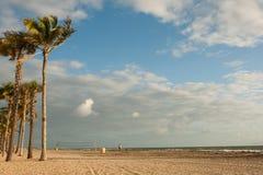 Playa y nubes Imagenes de archivo