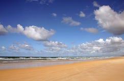 Playa y nubes del norte de la orilla de Noosa fotos de archivo libres de regalías