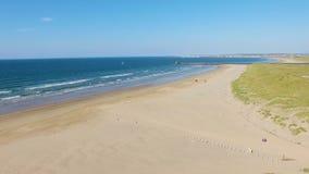 Playa y Océano Atlántico Derry Northern Ireland de Castle Rock almacen de metraje de vídeo