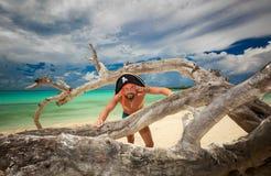 Playa y océano cubanos tropicales de invitación magníficos con el hombre hermoso del pirata en primero plano Foto de archivo libre de regalías