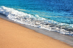 Playa y olas oceánicas soleadas Fotografía de archivo