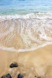 Playa y onda de la arena imagen de archivo