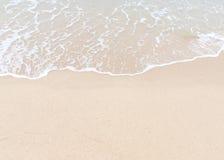 Playa y onda de la arena Imagenes de archivo