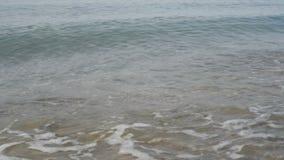 Playa y ondas con espuma almacen de video