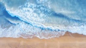 Playa y ondas de la visión superior Paisaje marino del verano del aire Visión superior desde el abejón fotos de archivo libres de regalías