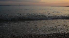 Playa y ondas en la puesta del sol almacen de video