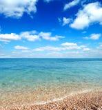 Playa y ondas hermosas del mar caliente Imagen de archivo libre de regalías