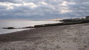 Playa y orilla del mar de Felixstowe con el cielo nublado hermoso metrajes