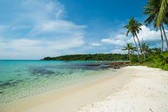 Playa y palmeras hermosas en la isla de Kood Fotos de archivo libres de regalías