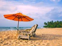 Playa y paraguas Imágenes de archivo libres de regalías