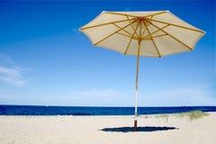 Playa y paraguas del bacalao de cabo Fotos de archivo
