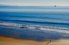 Playa y plataforma petrolera Foto de archivo libre de regalías