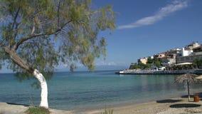 Playa y pueblo en el skala Marion Thassos Grecia almacen de metraje de vídeo