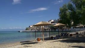 Playa y pueblo en el skala Marion Thassos Grecia metrajes