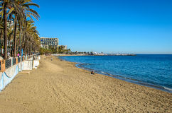 Playa y puerto de Marbella en enero de 2015 Imagen de archivo libre de regalías