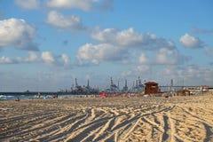 Playa y puerto en Ashdod en el mar Mediterráneo Imagenes de archivo