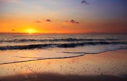 Playa y puesta del sol foto de archivo