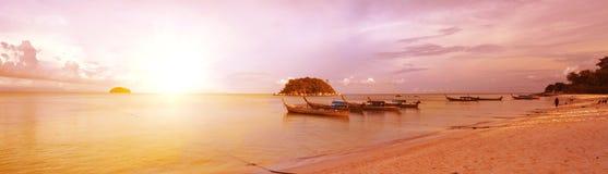 Playa y puesta del sol fotos de archivo