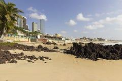 Playa y rascacielos urbanos en natal foto de archivo