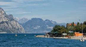 Playa y restaurante cerca de Macesine en el lago Garda foto de archivo