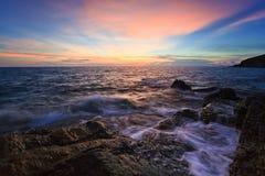 Playa y roca del mar el tiempo de la puesta del sol Imagen de archivo