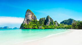 Playa y rocas de la belleza Foto de archivo libre de regalías