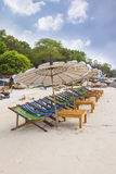 Playa y silla en la playa de la arena Fotografía de archivo