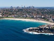 Playa y Sydney Skyline de Bondi Imágenes de archivo libres de regalías