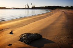 Playa y torres de perforación Fotos de archivo libres de regalías