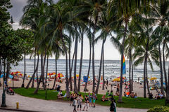 Playa y visitantes de Waikiki fotos de archivo