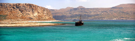 Playas con el naufragio imagenes de archivo