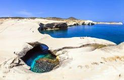 playas de Grecia - Sarakiniko en la isla de los Milos foto de archivo libre de regalías