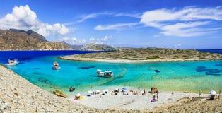 Playas hermosas de la turquesa de la isla de Grecia - de Astypalea, dodeca imagen de archivo libre de regalías