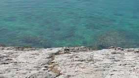 Playas rocosas y mar azul del claro en Makarska almacen de video