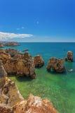 Playas verticales de la foto de Albufeira Imagen de archivo libre de regalías