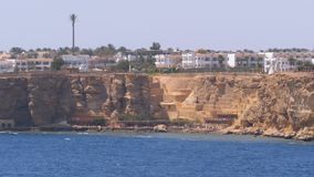 Playas y hoteles en Egipto cerca de la l?nea de la playa en Rocky Beach Sharm el Sheikh almacen de metraje de vídeo