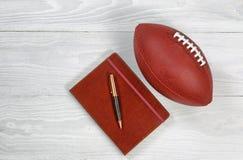 Playbook med fotboll på lantligt vitt trä Royaltyfri Foto