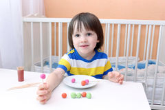 小男孩做了棒棒糖playdough和牙签 免版税库存图片