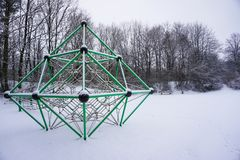 Playdround vazio das crianças da neve com banco e torniquete Fotos de Stock