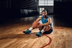 Playersits noirs de basket-ball sur un plancher dans un hall de basket-ball Photos libres de droits