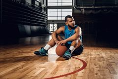 Playersits noirs de basket-ball sur un plancher dans un hall de basket-ball Photo stock