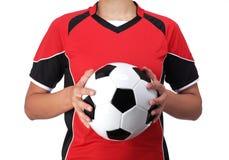 Playeur ποδοσφαίρου που κρατά μια σφαίρα ποδοσφαίρου Στοκ φωτογραφίες με δικαίωμα ελεύθερης χρήσης