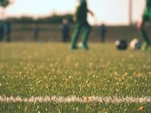 Playfield gräns Closeupsikt till vita linjer på fotbolllekplats Detalj av a av vita linjer Arkivbild